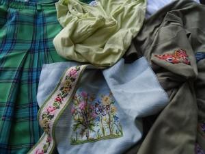 Kleding en borduurwerk voor groene kussen